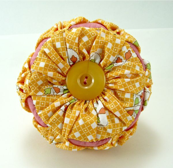 How to Make a Yo Yo Pin Cushion by Guest Blogger Diane from CraftyPod