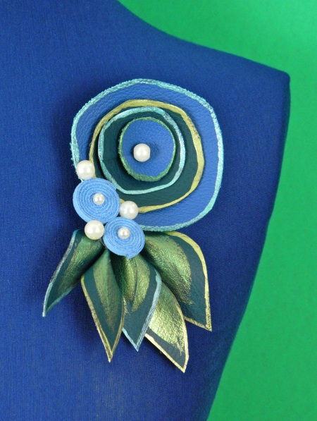 Mark Montano shares his Whirly Brooches from his latest DIY book over at ThinkCrafts.com