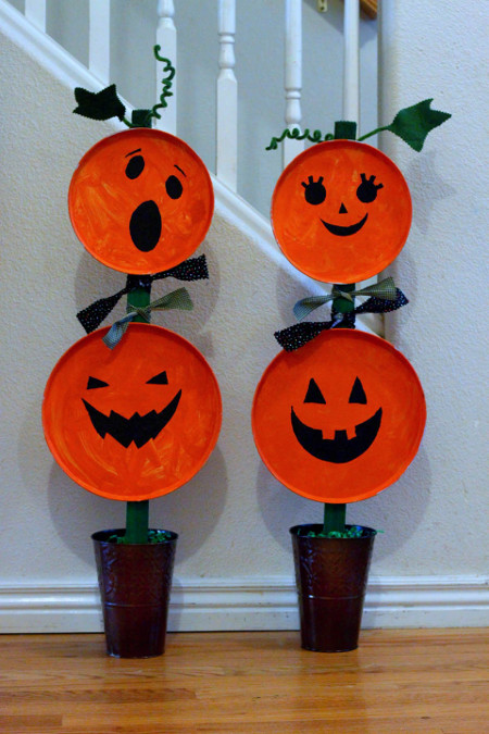 This Painted Pumpkin Topiary is a great kids' craft to brighten your doorway this Halloween